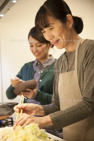 夕食の支度をする母親と娘の素材 [FYI00968056]