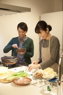 夕食の支度をする母親と娘の素材 [FYI00968064]