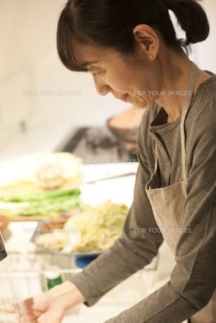 夕食の支度をするミドル女性の素材 [FYI00968104]