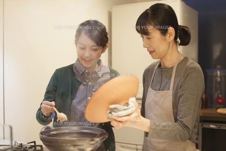 夕食の支度をする母親と娘の素材 [FYI00968160]
