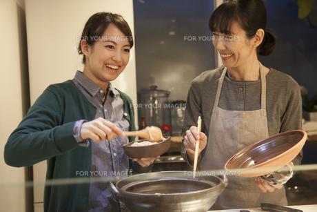夕食の支度をする母親と娘の素材 [FYI00968251]