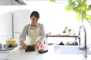 お弁当をつくる若い女性の素材 [FYI00968574]