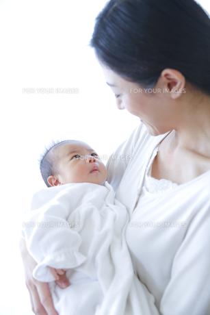 赤ちゃんを抱いた母親の素材 [FYI00968579]