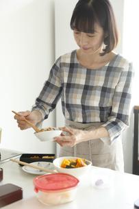 お弁当をつくるミドル女性の素材 [FYI00968581]