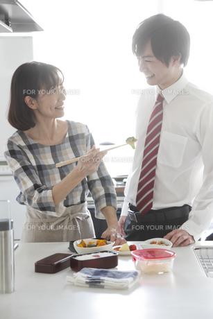 キッチンでお弁当つくり中の母親と息子の素材 [FYI00968593]