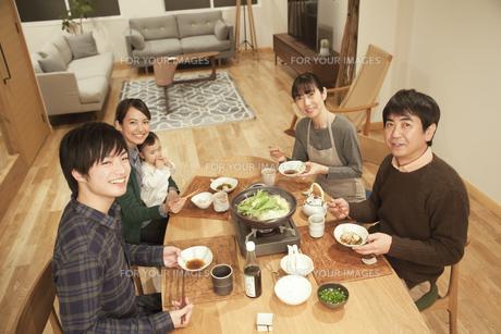 鍋料理を楽しむ3世代家族の素材 [FYI00968598]