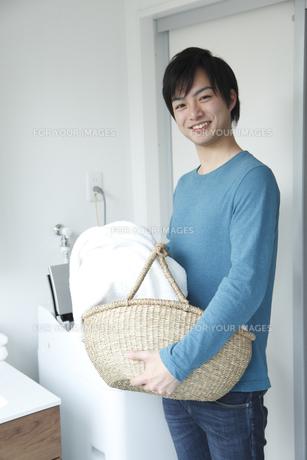 洗濯をする若い男性の素材 [FYI00968606]