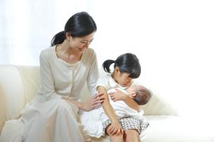 赤ちゃんを抱く女の子と母親の素材 [FYI00968613]