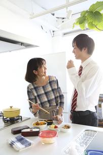 キッチンでお弁当つくり中の母親と息子の素材 [FYI00968625]