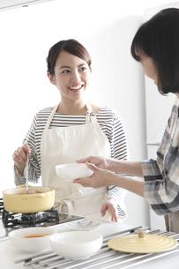 キッチンで料理をする母親と娘の素材 [FYI00968637]
