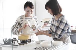 キッチンで料理をする母親と娘の素材 [FYI00968644]