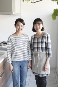 キッチンで微笑む母親と娘の素材 [FYI00968656]