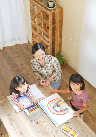 絵を描く2人の女の子と母親の素材 [FYI00968668]