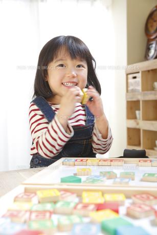 アルファベットピースで遊ぶ女の子の素材 [FYI00968675]