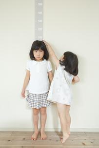 姉の身長を測る女の子の素材 [FYI00968687]