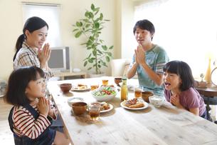 ランチを食べる4人家族の素材 [FYI00968699]