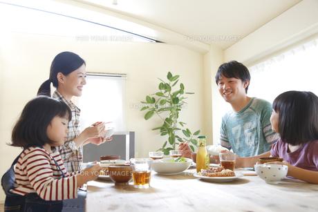 ランチを食べる4人家族の素材 [FYI00968707]