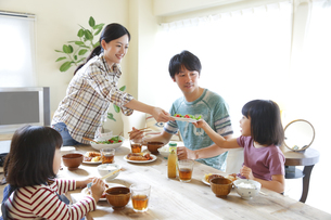 ランチを食べる4人家族の素材 [FYI00968721]