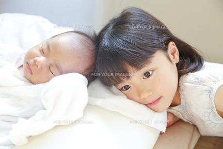 赤ちゃんと女の子の素材 [FYI00968738]