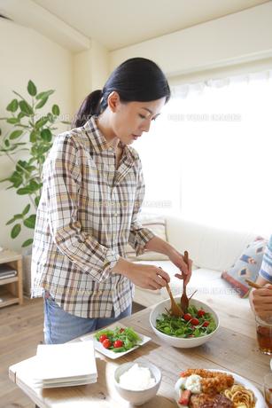 サラダを取り分ける女性の素材 [FYI00968747]