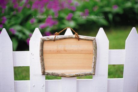 柵に付けたメッセージボードの素材 [FYI00969553]