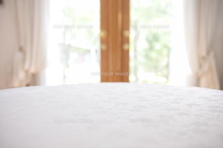 ダイニングの白いテーブルの素材 [FYI00969600]