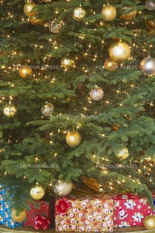 クリスマスツリーとプレゼントの素材 [FYI00969776]