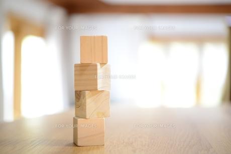 窓辺のテーブルの上の木の積み木の素材 [FYI00969806]