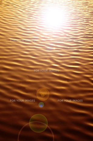 夕日に輝く水面の素材 [FYI00970293]