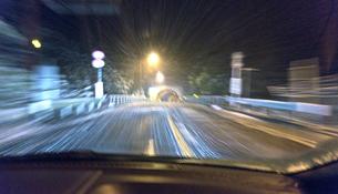 吹雪の夜のドライブの素材 [FYI00970688]