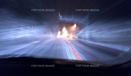 吹雪の夜のドライブの素材 [FYI00970745]