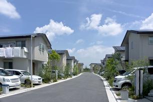 屋根に太陽光発電を設置した住宅街の素材 [FYI00971394]