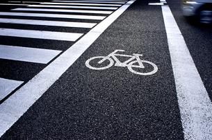自転車マークと横断歩道の素材 [FYI00971465]