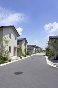 屋根に太陽光発電を設置した住宅街の素材 [FYI00971787]