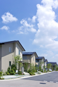 屋根に太陽光発電を設置した住宅街の素材 [FYI00971869]