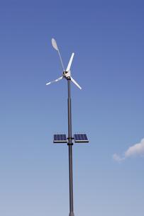 ソーラーパネルと風向計の素材 [FYI00972410]