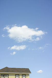 青空の雲と家の素材 [FYI00975034]