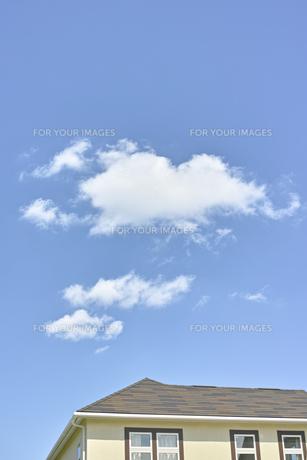 青空の雲と家の素材 [FYI00975077]