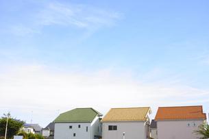 三軒のカラフルな家と青空の素材 [FYI00975091]