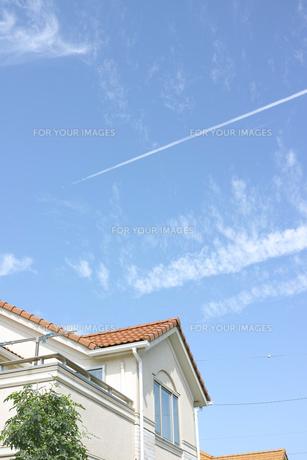 一戸建てと飛行機雲の素材 [FYI00975097]