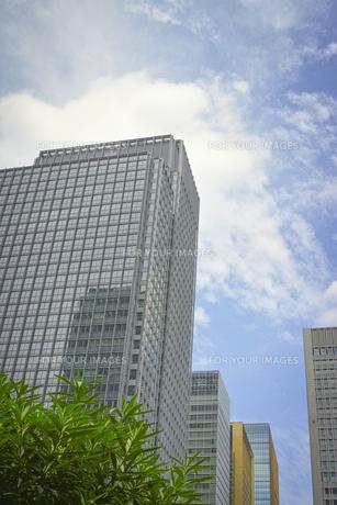 丸の内の高層ビルと空の素材 [FYI00975123]