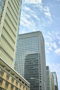 丸の内の高層ビルと空の素材 [FYI00975166]