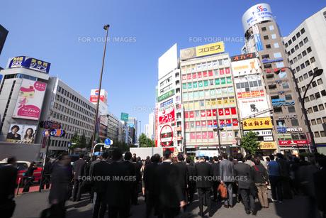 新宿駅南口のビジネスマンの通勤風景の素材 [FYI00975799]