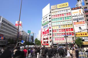 新宿駅南口のビジネスマンの通勤風景の素材 [FYI00975813]
