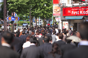 新宿駅南口のビジネスマンの通勤風景の素材 [FYI00975820]