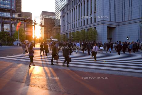 夕日とビジネスマンの通勤風景の素材 [FYI00975880]