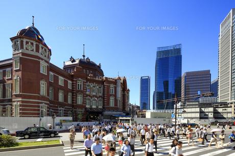 新東京駅と朝の通勤する人々の素材 [FYI00978805]