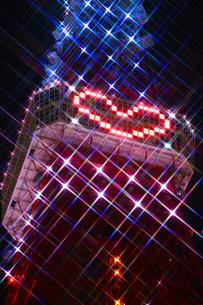 ライトアップされた東京タワーと展望台のハートマークの素材 [FYI00979051]