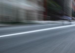 流し撮りした道路の素材 [FYI00981112]