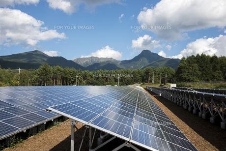 太陽光発電と八ヶ岳連峰の素材 [FYI00985098]